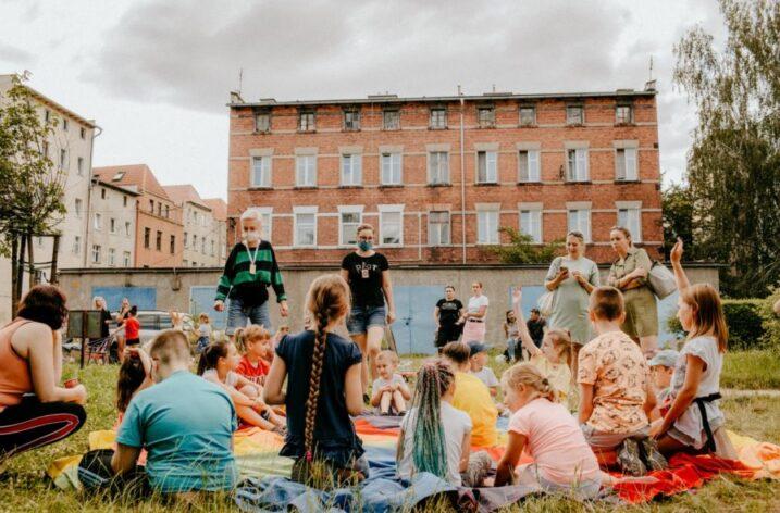 Lato na świdnickich podwórkach – Ładne Historie szukają wolontariuszek i wolontariuszy w każdym wieku